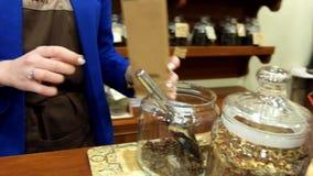 Пакет надувательства женщин отснятого видеоматериала кофейных зерен сток-видео