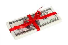 Пакет долларов обернул подарок стоковые фото