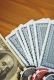Пакет перфокарт, обломоки и счеты денег на деревянном столе мягкий фокус и красивое bokeh Стоковое Изображение
