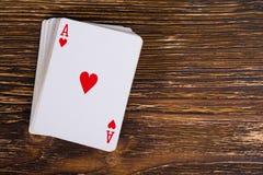 Пакет перфокарт с тузом на темном деревянном столе Стоковая Фотография RF