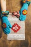 Пакет подарка на деревянной предпосылке Стоковое Фото
