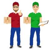 Пакет почты работника доставляющего покупки на дом и доска сзажимом для бумаги нося держать бесплатная иллюстрация