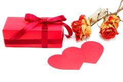Пакет подарка, цветки и 2 бумажных сердца Стоковые Фото