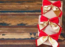 Пакет подарков рождества бумажный с красным золотым смычком Стоковая Фотография RF