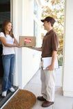 пакет работника доставляющего покупки на дом стоковое изображение