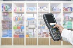 Пакет работника проверяя и просматривая таблеткой handheld в складе, селективном фокусе стоковая фотография rf