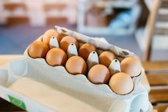 Пакет 10 свежих сырцовых яичек цыпленка Стоковая Фотография