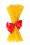 Пакет связанного макаронными изделиями красного смычка ленты Стоковые Изображения