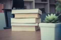 Пакет стога книги на таблице в комнате деятельности на офисе, годе сбора винограда s Стоковое Фото