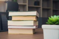 Пакет стога книги на таблице в комнате деятельности на офисе Стоковые Изображения
