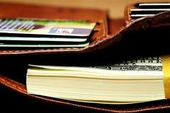 Пакет счетов 100-доллара в бумажнике Стоковое Фото