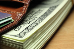 Пакет счетов 100-доллара в бумажнике Стоковые Фото