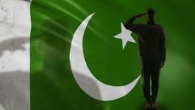 Пакистанский силуэт солдата салютуя против национального флага, сил специального назначения армии сток-видео