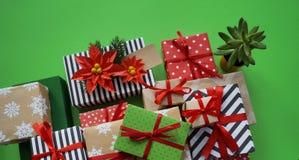 Паковать подарок ` s Нового Года Зеленая предпосылка Много коробок подарков, связанных с лентами Цвета золото, зеленый цвет, крас Стоковая Фотография RF