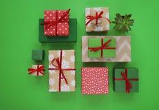 Паковать подарок ` s Нового Года Зеленая предпосылка Много коробок подарков, связанных с лентами Цвета золото, зеленый цвет, крас Стоковая Фотография
