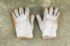 Пакостная и старая перчатка на конкретном поле стоковые изображения rf