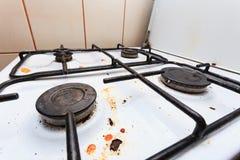 Пакостная неряшливая газовая плита в кухне Стоковые Изображения RF