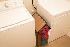 Пакостная одежда в корзине для мыть Стоковое Фото