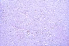 Пакостная предпосылка старая поцарапанная стена Фиолетовый тон, грубая текстура Стоковое Изображение