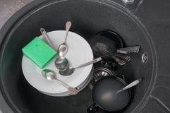 пакостная раковина кухни тарелок Стоковое Изображение
