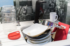 пакостная раковина тарелок стоковая фотография