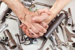 Пакостная рука работника за его работой в мастерской Стоковая Фотография
