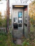 Пакостная современная телефонная будка никакая дверь не опорожняет никакие людей Стоковые Изображения RF