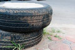 Пакостная старая автошина соединяется с цементом для барьера стоковое фото rf
