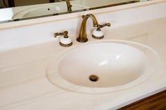 Пакостная, устаревшая раковина ванной комнаты Стоковые Изображения