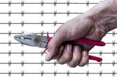 Пакостное владение руки рабочего класса предпосылка провода колючки plierspincer Стоковые Фотографии RF