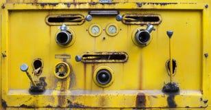 Пакостное желтого цвета старое водяной помпы инструмента переключателя на жидкостном танке Стоковое Изображение RF