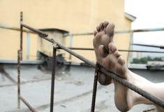 пакостно foots бездомная персона стоковое фото rf