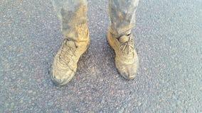 Пакостные ботинки на дороге стоковое изображение rf