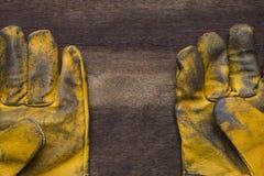 пакостные перчатки кроют кожей старую работу Стоковое Изображение RF