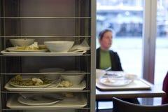 пакостные плиты остатков еды стоковые изображения rf