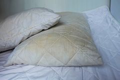 Пакостные подушки на белых кроватях стоковые фотографии rf