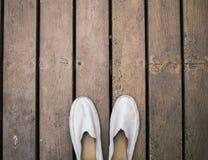 Пакостные серые кожаные ботинки на деревянном поле Стоковое Изображение