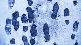 Пакостные следы ноги в зиме снега След от ботинок на tra Стоковая Фотография RF