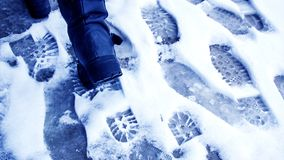 Пакостные следы ноги в зиме снега След от ботинок на tra Стоковые Изображения RF