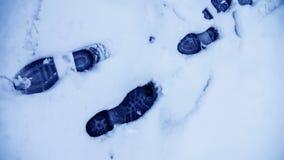 Пакостные следы ноги в зиме снега След от ботинок на tra Стоковые Изображения