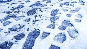 Пакостные следы ноги в зиме снега След от ботинок на tra Стоковые Фото