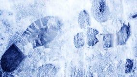 Пакостные следы ноги в зиме снега След от ботинок на tra Стоковое Изображение RF