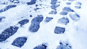 Пакостные следы ноги в зиме снега След от ботинок на tra Стоковое фото RF