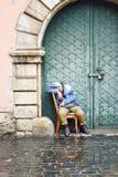 Пакостный бездомный человек держа образ жизни бродяги Стоковое Изображение RF
