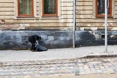 Пакостный бездомный человек держа образ жизни бродяги Стоковые Изображения RF