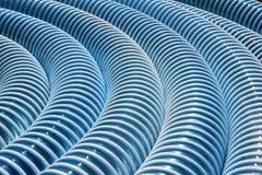 Пакостный голубой рифлёный пластичный шланг как предпосылка Стоковая Фотография RF