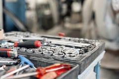 Пакостный комплект ручных резцов и конца-вверх wrenchs в коробке Обслуживание автомобиля картины гаража Оборудуйте для того чтобы стоковая фотография
