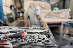 Пакостный комплект ручных резцов и конца-вверх wrenchs в коробке Обслуживание автомобиля картины гаража Оборудуйте для того чтобы стоковое изображение rf
