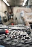 Пакостный комплект ручных резцов и конца-вверх wrenchs в коробке Обслуживание автомобиля картины гаража Оборудуйте для того чтобы стоковые изображения rf