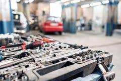 Пакостный комплект ручных резцов и конца-вверх wrenchs в коробке Обслуживание автомобиля картины гаража Оборудуйте для того чтобы стоковая фотография rf